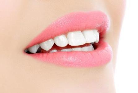 护齿,它也是美容的一个很重要的部分 夏季多用盐开水漱口保护牙